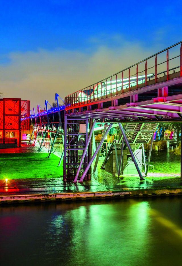Le parc de la Villette la nuit, La folie kiosque (L4) et la galerie de la Villette.