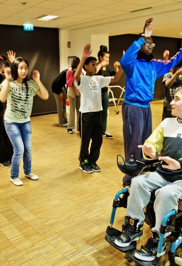 Atelier de pratique de danse adolescents et enfants valides et handicapes à la Villette