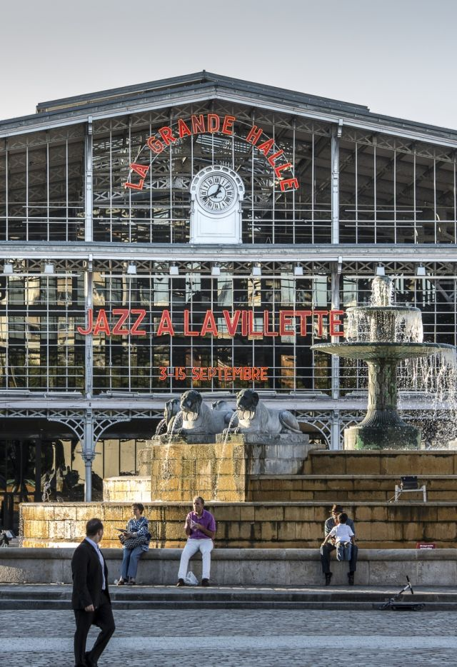 Fronton de Grande halle pendant le festival Jazz à La Villette