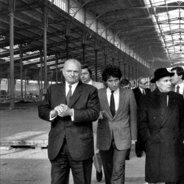 Le president de la republique Francois Mitterrand (au centre) visite le chantier de la Grande halle accompagne de Paul Delouvrier, Jack Lang et Francois Barre