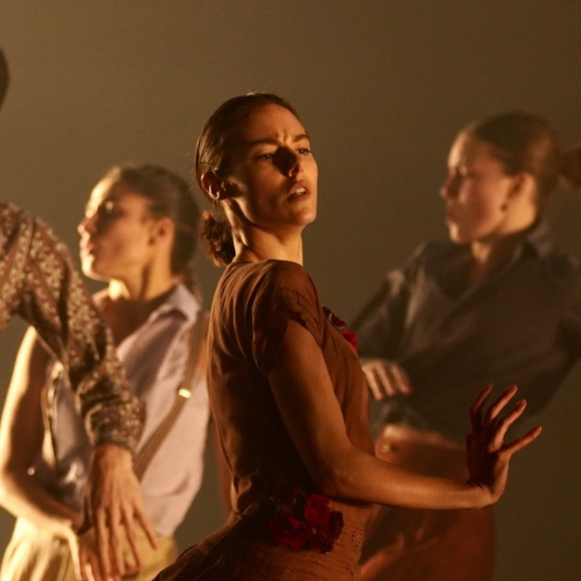 """La compagnie de danse d'Hofesh Shechter dansant pour """"En Corps !"""" de Cédrick Klapisch"""