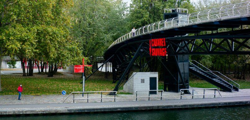 passerelles avec ascenseurs et un pont mobile flottant pour traverser le canal de l'Ourcq situé au milieu du parc :